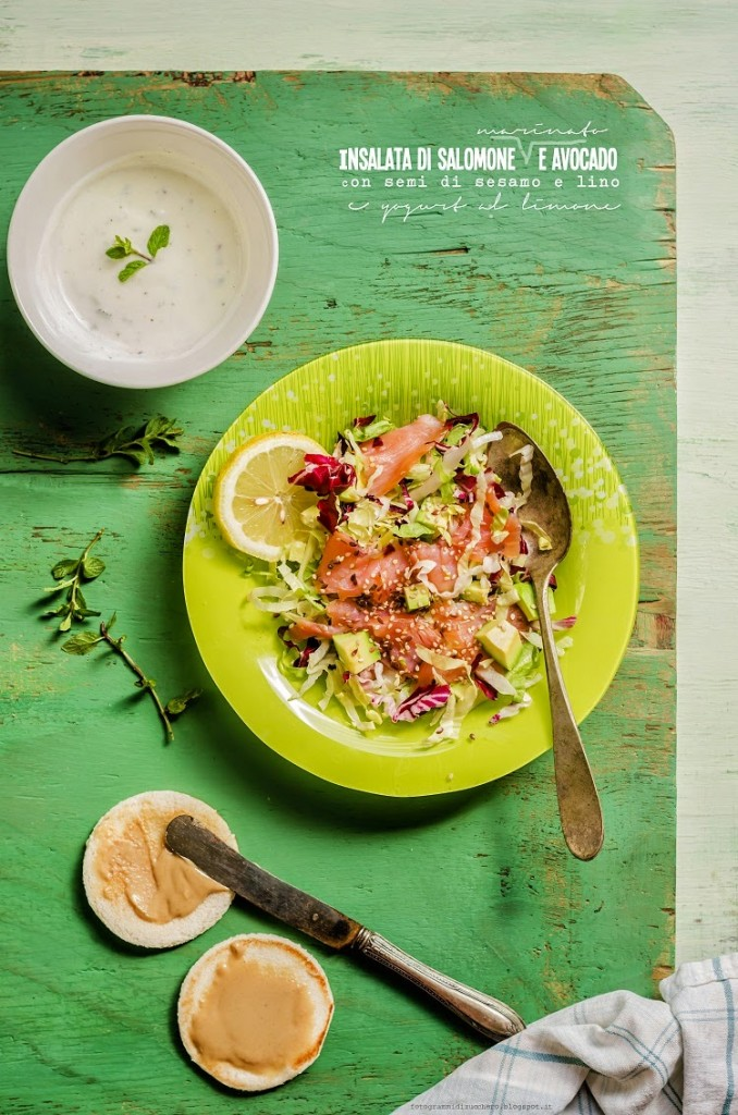 Insalata di salmone marinato e avocado, con semi di sesamo e lino e yogurt al limone
