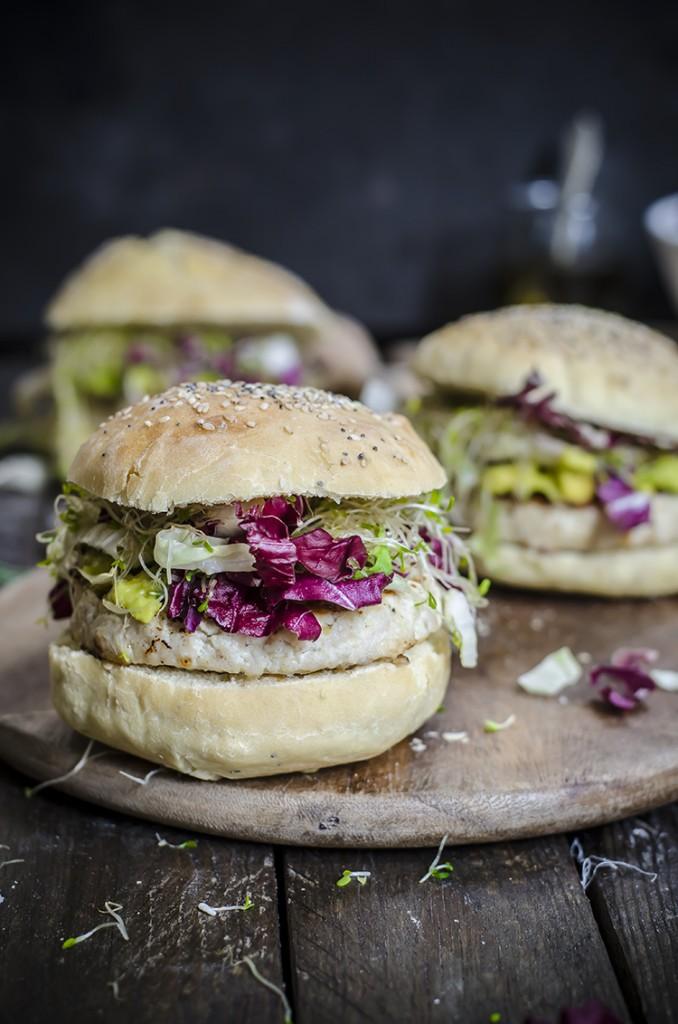 Hamburger di pollo e ricotta con crema all'avocado (con panini morbidi ai semi homemade)