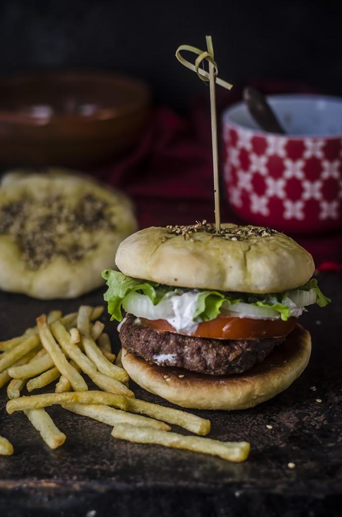 Manaqish zaatar burger con labneh e french fries per Taste&More n. 13