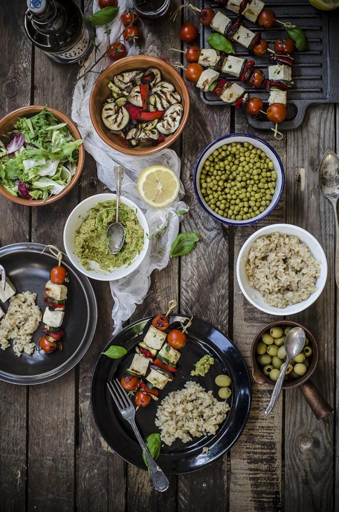 Spiedini di tofu e verdure con patè di olive alle erbe