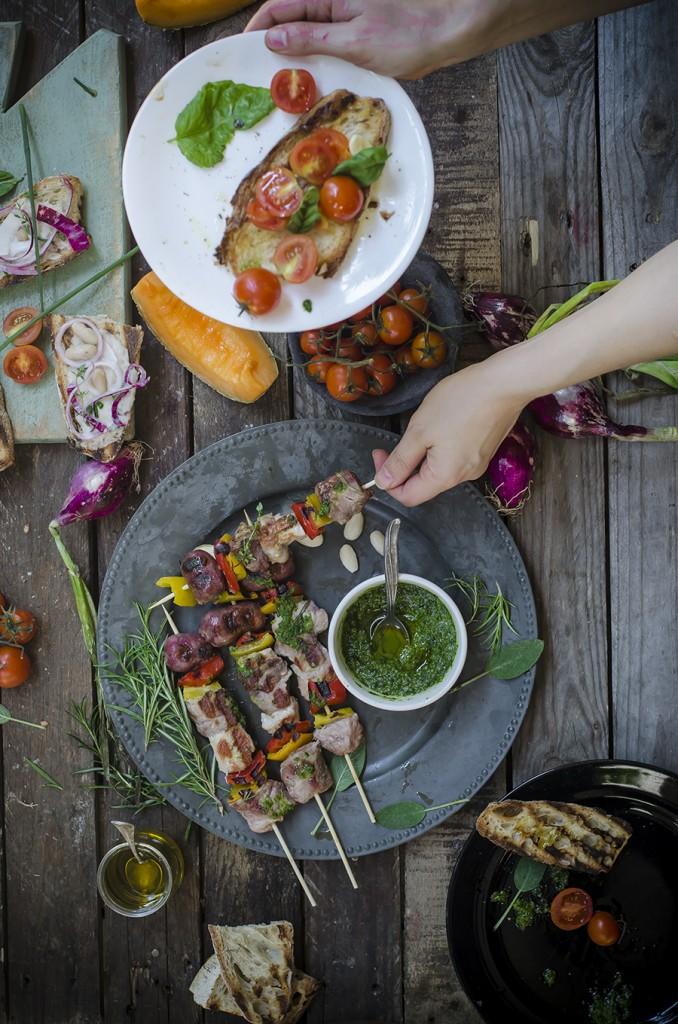 Spiedini di carne di maiale e peperoni con pesto di erbe e mandorle