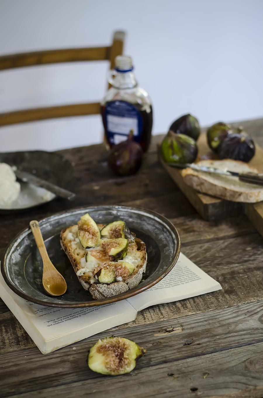 Bruschette con gorgonzola, fichi e sciroppo d'agave