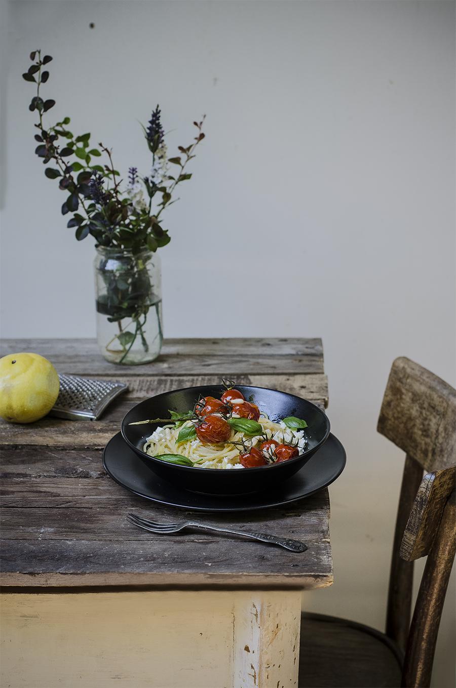 spaghetti con feta, limone, pinoli, pomodori caramellati, basilico