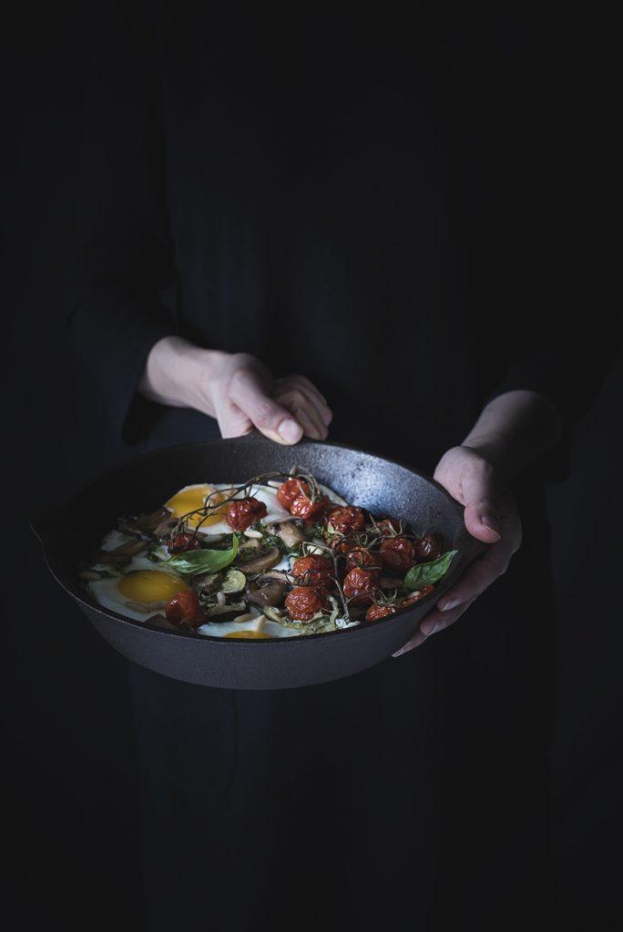 Uova al forno con verdure e pesto di erbe / Baked eggs with veggies and herb pesto