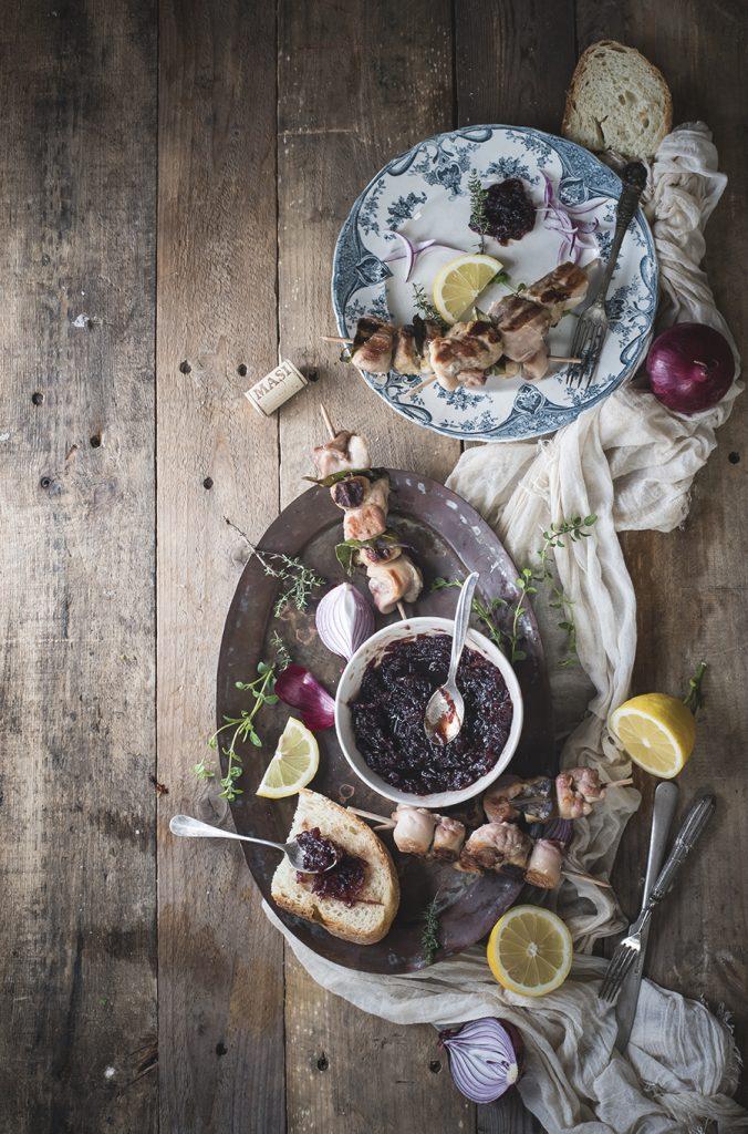 Spiedini con chutney di cipolle rosse, ricetta ispirata al vino Campofiorin/ Grilled skewers with red onion chutney