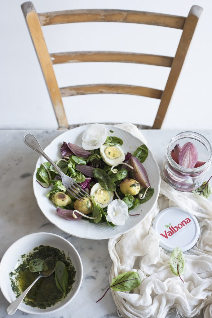 Insalata di germogli, cipolle rosse, patate novelle e uova/ Soy sprouts salad with red onions, new potatoes and eggs