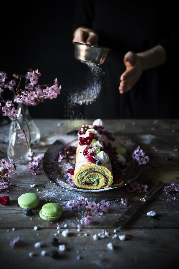 Rotolo con crema al matcha e cioccolato bianco e lamponi- Swiss roll cake with white chocolate matcha cream and raspberries