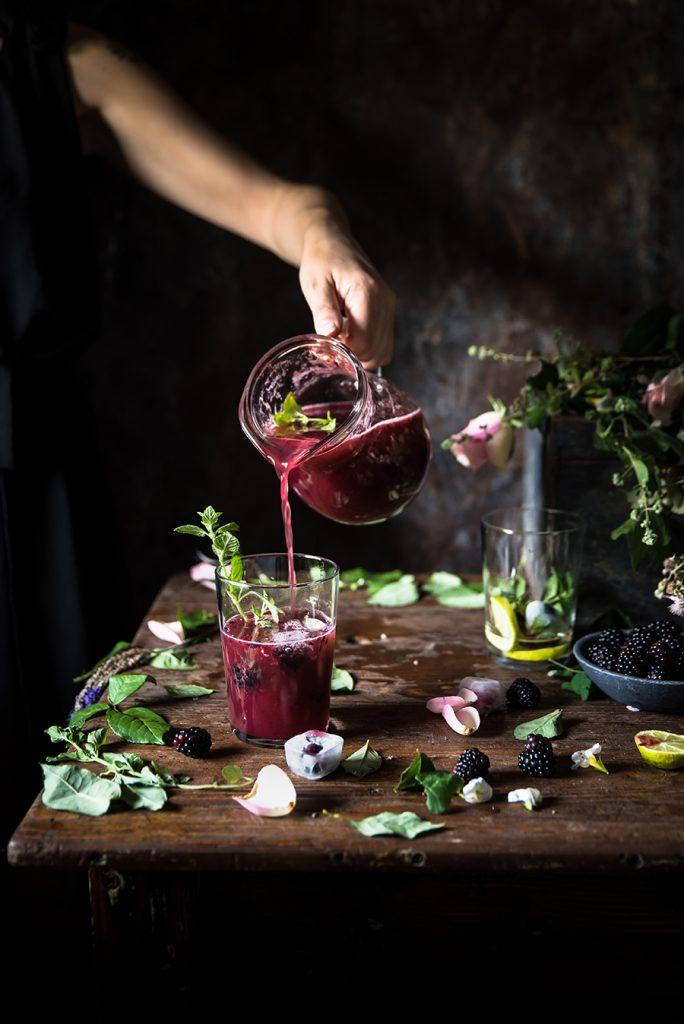 Cocktail con prosecco, more e menta- Blackberry prosecco and mint cocktail