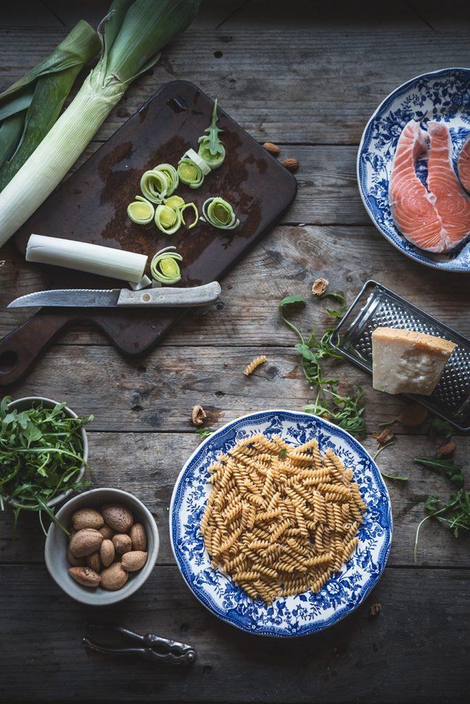 Pasta con crema di porri, salmone e pesto di rucola-Creamy leek pasta with salmon and arugula pesto