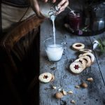 Biscotti al farro e mandorle con confettura di lamponi-Almond and spelt cookies with raspberry jam